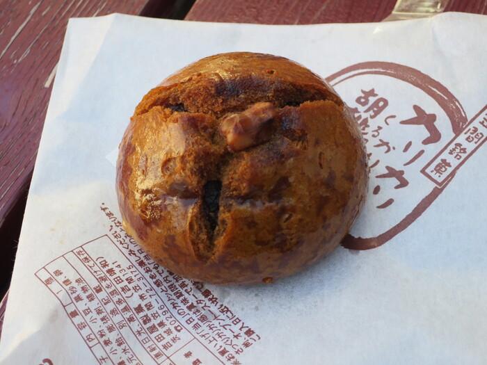 もう一つの人気名物が、『元祖胡桃饅頭』を油でカリッと揚げた『かりんとう饅頭』。カリカリッとした食感が堪らない美味しさと評判です。