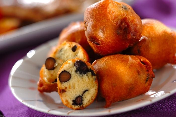 黒豆が苦手な子どもには、子どもが大好きなドーナツに入れてみてはいかがでしょう? スプーンですくって油に入れるので、成形いらずで手間いらず。ホットケーキミックスを使った簡単レシピです。