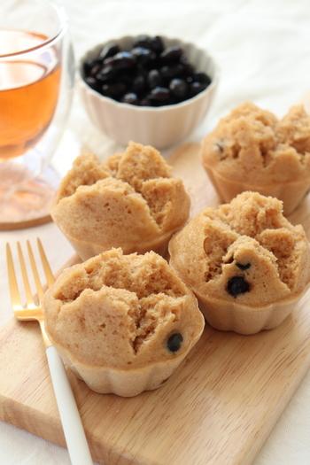 栄養たっぷりのきな粉と黒豆が入った米粉の蒸しパン。余った黒豆で和スイーツはいかが? 油で揚げるよりもヘルシーな蒸しパンは、ダイエット中にも嬉しいですね。