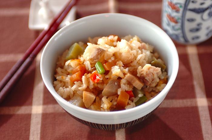 お米に少量の調味料とお煮しめを加えた、炊き込みご飯のレシピ。ひとつひとつの具材にしっかり味がついているので、美味しい炊き込みご飯が簡単に作れます。