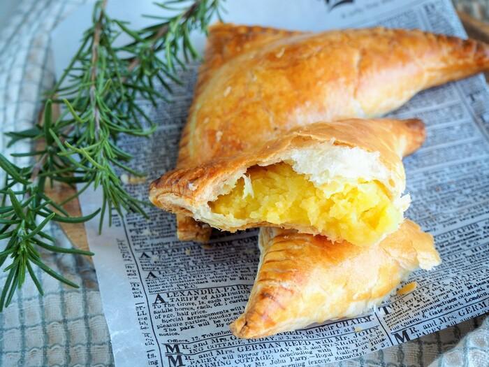 おせちで余った栗きんとんは、冷凍パイシートに包んで焼き上げれば、ホックホクのパイのできあがり。手軽に作れるので、余ったら是非作りたいですね。クリームチーズを入れても美味しく作れるそうですよ。