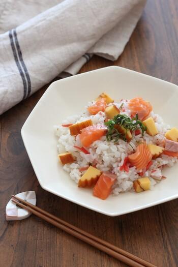おせちの残りの紅白なますと伊達巻を使ったちらし寿司。なますは酢の物なので、酢飯に混ぜ込むだけでちらし寿司の具としても使えます。