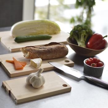 3サイズあり、Lサイズ:39×24×1.5cmは、 魚や白菜などの大きな食材をカットするのに最適。Mサイズ :30×18×1.5cmは、キュウリやナスなど中くらいの野菜や肉などに。Sサイズ:22×13×1.5cm は、香味野菜やチーズなどのカットに適しています。
