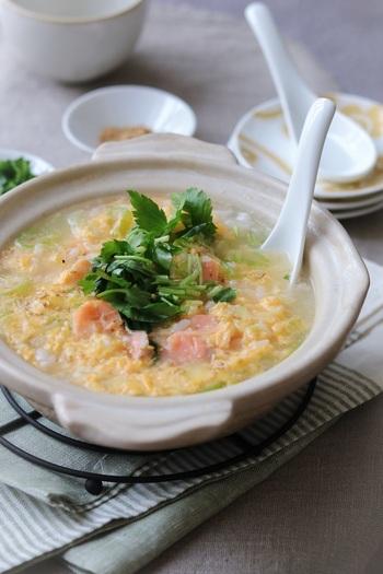 塩鮭が余っているときにぴったりの雑炊レシピです。塩鮭1切れで2人分できるので、半端な量しかなくてもOK。卵も入ったふんわり雑炊です。卵を加えて混ぜるときに、ゆっくり混ぜるとふわっと仕上がりますよ。仕上げに、三つ葉といりごまをトッピング♪
