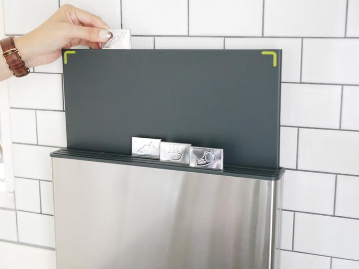 そんな悩みを解決してくれる頼もしいまな板がこちらの「インデックス付きまな板100」。肉や魚、野菜、調理済みなど、インデックスのアイコンやカラーでまな板を使い分けられるので、衛生的なだけでなく、お料理の途中でまな板をいちいち洗う手間も省けるので、時短効果もバッチリ。