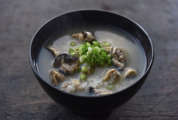 雑炊はご飯がさらさらと口に入ってくるので、おつゆの美味しさを極めてみるとより味わい深くなるでしょう。おいしいだしが出る素材を使うのもおすすめ。こちらは寒い季節においしい牡蠣の雑炊です。さらに昆布とかつおのだし汁が味を引き立てる一品。まずは、牡蠣の酒煎りを作るところからスタートしましょう。