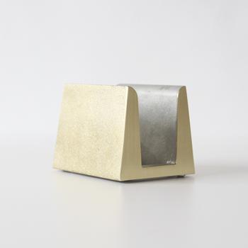 幅7.3×奥行き8.5×高さ6.6(cm)と、小さめのサイズですが、真鍮のしっかりとした重さが活かされた、倒れにくいまな板立てで、長いなまな板でもしっかり支えてくれる上に、美しい見た目やデザイン性はどんなキッチンにもスッキリととけ込んでくれそう。