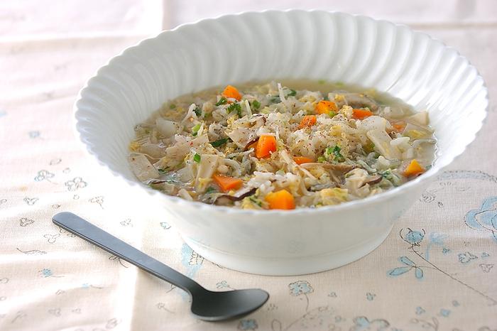 雑炊に具をたっぷり入れれば、メインのワンボウルメニューにも♪こちらは、エリンギ、しいたけ、エノキとたっぷりのきのこに、人参、大根、しらたき、シラス、卵と盛りだくさんです。野菜を入れて煮立ってからシラスを加えて、卵は最後に加えましょう。お好みで、塩こしょうで味付けしたらできあがり♪