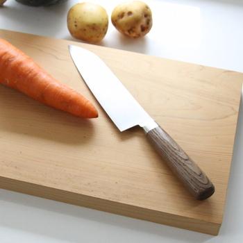 1枚のまな板で、複数の食材を切るときは、切ったあと水気や汁が出にくいものや、色が出にくいものから切るなど、順番を考慮すると、まな板の寿命を延ばすのにとても効果的です。