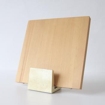 使用後は洗ってから、乾いた布巾で水気をしっかりと取り、その後、外での陰干しなど、自然乾燥させます。その際、まな板の作業面が下に触れないよう、まな板スタンドなどを使用して、立てるようにして乾燥させると◎。