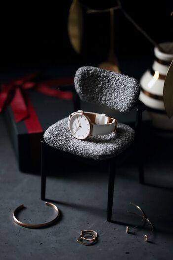 付けていることが気にならないほど使い慣れた時計には、やっぱり特別な愛着が湧くものです。ベルトを新調すると、最初は革が固かったり金属の感触が気になったりしますが、そのうちきっとまた馴染んでくるはず。大切ないつもの時計をおしゃれに使い続けるために、ぴったりの素敵なベルトを選んでみて下さいね。