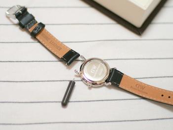 自分でベルト交換する時は、まず時計本体とベルトを繫ぐ部分(かん)の幅とサイズが一致するベルトを選ぶ必要があります。1ミリ程度の差であれば許容範囲ですが、見た目の好みだけベルトを決めてしまわないよう気をつけて下さいね。