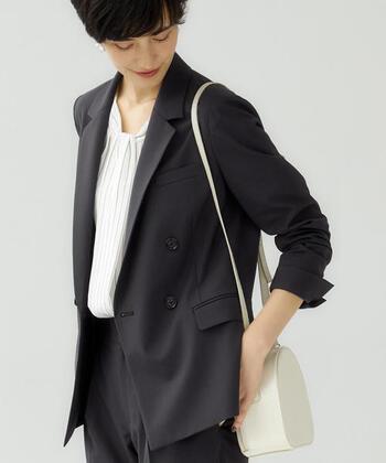 ビジネスの場面ではもちろん、いざというときのフォーマルや日常遣いにもおすすめな、大人として1枚は持っていたいジャケット。 特にグレーのジャケットは控えめな上品さがあり、オンオフ問わず着回しがしやすくてとっても便利です。