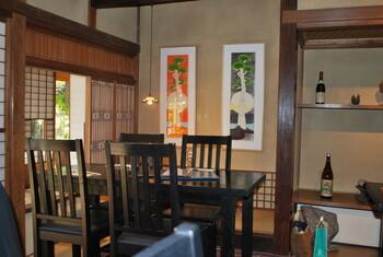 松原庵は、昭和初期に建てられた古民家を利用したお食事処。今も当時の建物のまま古き良き味わいを残し、田舎に帰ったときのように落ち着いた空間で美味しいお蕎麦と一品料理をいただけます。