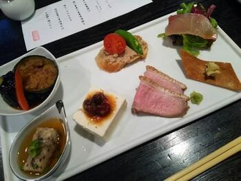 ランチメニューは、2種類のお昼のコース「由比」「松原」の他、一品料理とそば類。彩り7種盛り合わせ、天ぷらor鴨ロース肉の炙り焼き、そばなどがセットに。食べごたえのある大満足のランチです。