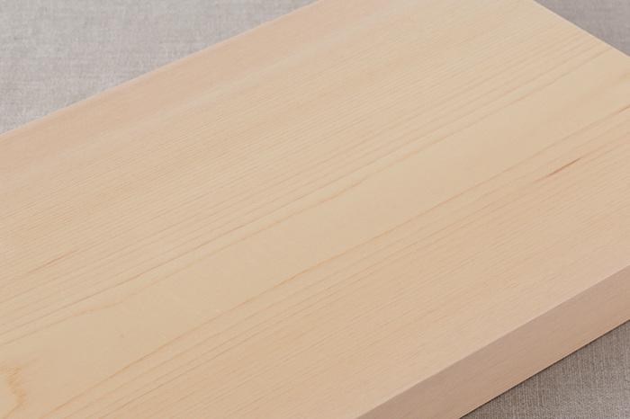 一枚板で、塗料も一切せずしっかりした厚みがあるヒノキのまな板は、包丁の刃当たりもやわらかく、軽快に食材をカットできます。さらに、ヒノキには、腐りにくく、カビの繁殖を抑える成分が含まれているので、ヒノキのまな板は、清潔に使えるという嬉しい特徴もあります。