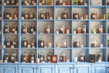 お茶や漢方薬、衣料品や真珠、陶器などのお店が豊富。自分用はもちろん、お土産選びにも最適のスポットです。是非足を運んでみてはいかがでしょうか。