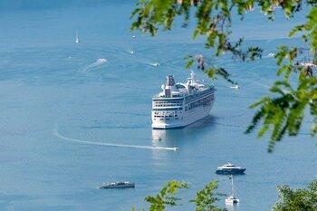 4泊の中に日帰りで参加できる、ハロン湾クルーズのプランを組み込むのもおすすめ。ハロン湾は、ベトナム随一とも言われる美しい景観で多くの観光客を魅了する人気の観光スポット。エメラルドグリーンの海に酔いしれてみてはいかがでしょうか。