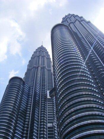クアラルンプールには世界最高の高さを誇るペトロナス・ツインタワーや、イスラム建築とイギリス建築が融合したマレーシア鉄道公社など様々な近代建築が建てられています。ツアーで是非その最新都市の街並みを堪能してみてください。