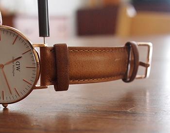 ちなみにdaniel wellingtonのシリーズでは、ベルト(ストラップ)を誰でも簡単に交換して楽しめる仕様になっています。お好みのストラップを何本か用意しておけば、その日の着こなしに合わせて時計の印象も気軽にチェンジすることができますよ。
