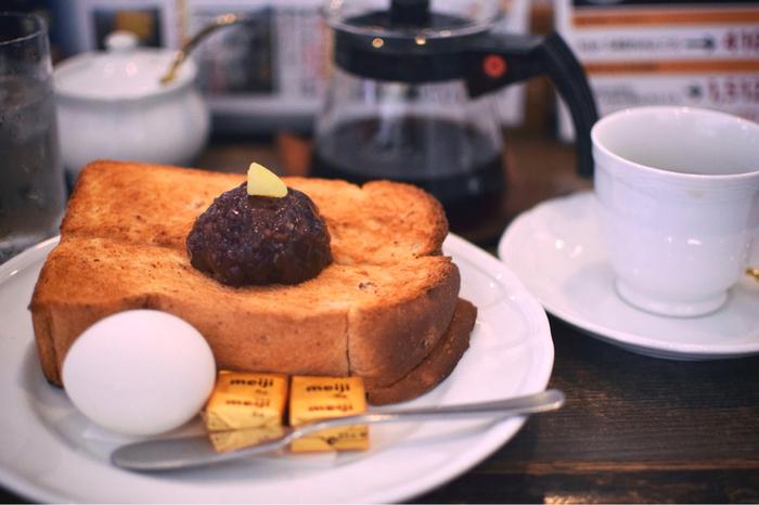 """カフェや喫茶店における""""モーニング""""とは、ワンドリンク程度の料金で、朝食が頂けるサービスのこと。発祥の地として知られる「名古屋」では、ワンドリンクの料金で美味しい朝食も頂け、しかもゆったりと過ごすことが出来ます。小倉トーストなど名古屋ならではのメニューも魅力的♪"""