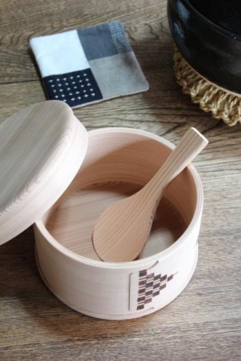 もし木の香りが気になる場合は、アク抜きがおすすめ。米のとぎ汁をいっぱいためて、3時間ほど置きます。足りなければ、もう一度。あとはきれいに水洗いして、乾かしましょう。