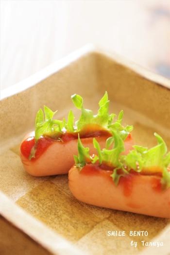 子ども向けのお弁当なら、ミニホットドッグのように可愛いこちらの飾り切りを。切り込みを入れて挟むだけと簡単なので、ぶきっちょさんにもおすすめです。