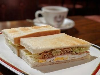 """《エビフライサンド》が有名な「コンパル」ですが、モーニングセットの《ハムエッグトースト》も秀逸で""""お値打ち""""なんです。ソース味のたっぷりキャベツとハム玉子、カリッと香ばしく焼けたトーストとのコンビネーションが抜群。"""