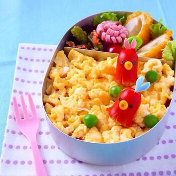 ウインナーの飾り切りといえば、タコさんウインナーは外せません。チーズとパスタで口をつければ、より可愛く仕上がっておすすめです。