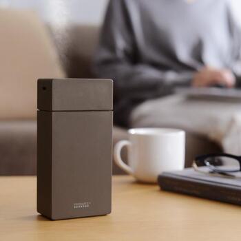 USB充電式でコードレスタイプの加湿器は、自宅でも仕事場でも気軽に使えて乾燥を防ぐことができます。持ち歩きもできるサイズなので、旅先のホテルで乾燥が気になるときにもおすすめです。