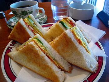 名鉄名駅近くの「CAFE COOKTOWN」。コーヒー一杯の料金で、抜群に美味しい、焼きたての玉子トーストサンドイッチが頂けます。パンの耳付き、耳なしも尋ねてくれるサービスの良さ。モーニングの名店です。
