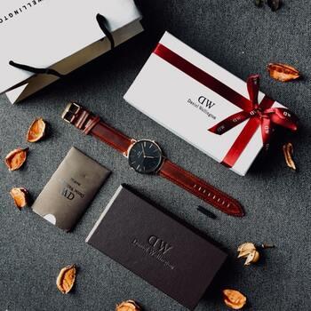 腕時計は、同じフェイスでもベルトが違うだけで印象がガラリと変わります。お出かけ先やその日のファッション、季節の移ろいなどに合わせてベルトを交換しても素敵ですね。 ベルトチェンジの一例として、男女問わず幅広い層にファンを持つブランド、daniel wellington(ダニエル・ウェリントン)のバリエーションを見てみましょう。