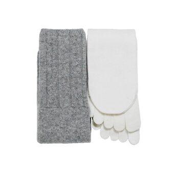 今や定番となっている冷え取り靴下。こちらは基本の4足がセットになっているので、買ってすぐに冷え対策できるのが嬉しいですね。シルクとウールの天然繊維で履き心地も抜群です。