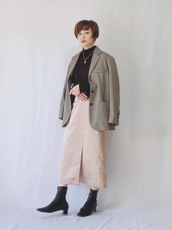 柔らかい雰囲気を作ってくれるピンクベージュのスカート。クールなハンサムコーデに投入して、女性らしさを加えましょう。