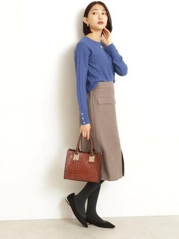 きちんと見せたいときには、膝丈より少し長いくらいのタイトスカートがぴったり。ベージュ×ブルーで、きっちりしていながら華やかな印象です。