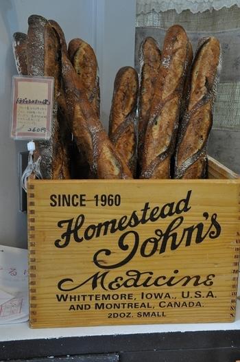 「これこそホンマのハードパン!」と言いたくなる、バリッと焼きあがったバケット。売り切れになる前に、早めにお店に足を運んでくださいね。