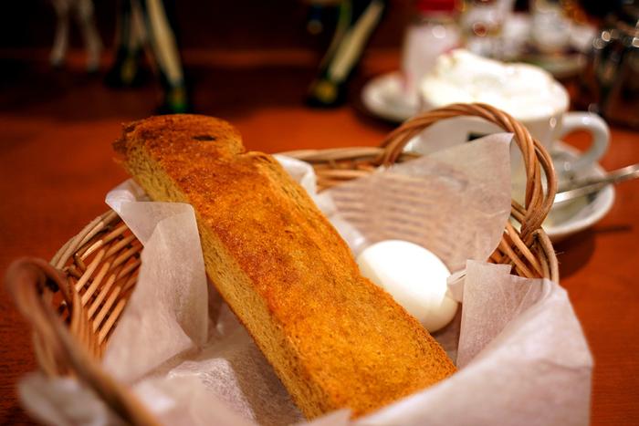 創業40年を超える老舗珈琲店「べら珈琲」。ウインナーコーヒーで名高い店ですが、モーニングでもよく知られています。この店のモーニングは、黒糖パンとゆで卵。シンプルですが、カリッと焼けた黒糖の甘みがするトーストは厚切りで、食べ応え満点です。
