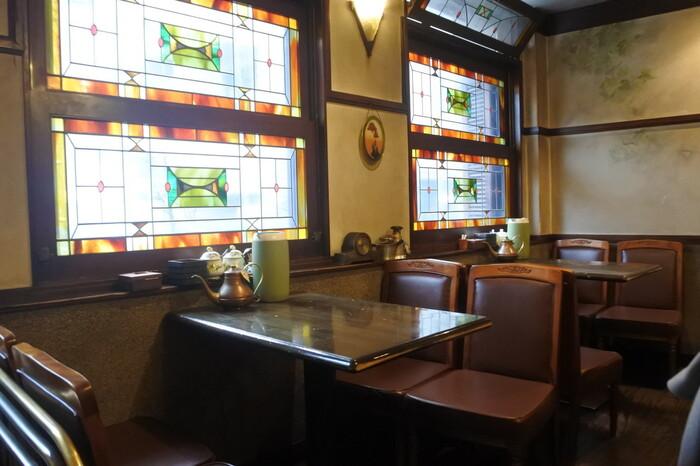 昭和レトロな雰囲気が魅力の「coffee shop KAKO」。ステンドグラスが美しく、照明や置き時計などのクラシカルな調度品にも目を奪われます。
