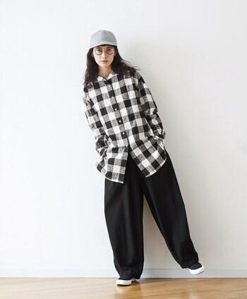 こちらのロングシャツは、インパクトのある大きめのギンガムチェック柄がおしゃれな雰囲気。シンプルな黒のボトムスと合わせることで、大人っぽい印象に。