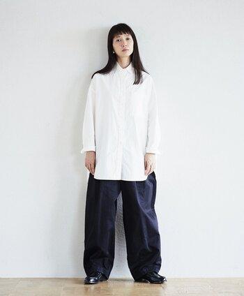シンプルな「白」のロングシャツは、どんなスタイルにも馴染む着回し力抜群のアイテムです。メンズライクな着こなしにもフェミニンな装いにも合わせやすく、オン・オフ幅広いシーンに活躍してくれます。こちらのようにワイドパンツとローファーを組み合わせたボーイッシュなカジュアルスタイルもおすすめです。