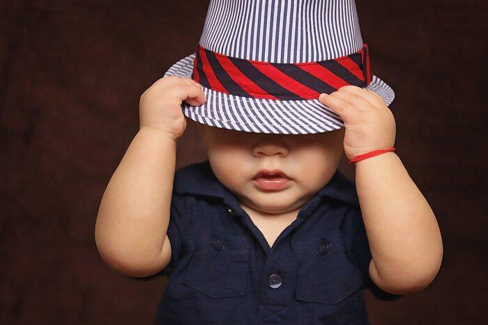 お気に入りの帽子を見つけて、いざ子供にかぶせようとすると嫌がってかぶってくれない...なんて事は良くあること。かぶりたくない理由もそれぞれですが、いつくかの方法で帽子に「慣れる」から始めてみましょう。