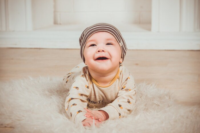 大人でも慣れない事は、嫌だな...と感じる様に、お子さんも慣れない事には嫌だと感じるはず。1歳を過ぎてから急に被せようとしても、ポイっと捨てられてしまった経験があるママもいらっしゃると思います。出来れば、お子様と外出する様になる頃から、短時間でも良いので帽子をかぶる癖をつけてあげられると理想的ですね。もちろん急に嫌...となる場合もあると思いますが、慣れていないお子様に比べると抵抗が少ない事が多いようです。