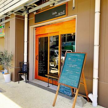 那覇市樋川のお買い物スポット「のうれんプラザ」の一階にあるのが、「 Cafe ...and (カフェ アンド)」。2019年2月にオープンしたばかりの注目のお店です。