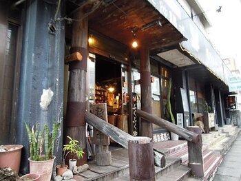 県庁前駅から徒歩10分ほど、若狭大通り沿いにあるのが「カフェ沖縄式」。自家焙煎コーヒーと、オリジナルカレーで知られるお店です。