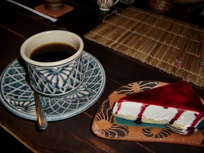 コーヒーは、焙煎時に泡盛を添加し蒸し上げて作る「泡盛焙煎珈琲」、フィルターを使わない自家製水出し珈琲「トロ珈琲」など、趣向を凝らした一杯をいただけますよ。なかでも、大豆・香草をコーヒーにブレンドしたという「ぶくぶく珈琲」は、このお店の名物。そのお味は・・直接確かめてみてください♪