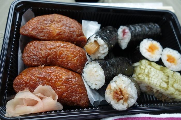"""看板商品は、稲荷神社の別名""""胡桃下稲荷""""にちなんだ、胡桃入りの稲荷ずし『笠間いなり子ぎつね寿司』。 【いなり寿司ばかりの折詰の他、巻きずし等を混ぜた折詰も販売】"""