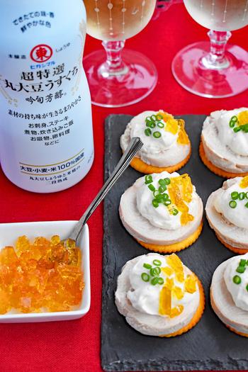 お豆腐とクリームチーズで作る豆腐ディップは是非覚えておきたいレシピです。  こちらのレシピでは鶏ハムにのせていますが、クラッカーでもバケットでも色々活用できますよ。お醤油のジュレをのせてあげることで、おもてなしレシピになります。