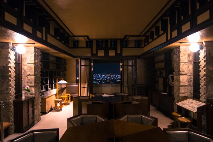 1974年には国の重要指定文化財にも指定されたヨドコウ迎賓館。緩やかな傾斜の丘に、階段状に建てられたこちらの建物は、幾何学模様の彫刻が入った大谷石や植物をモチーフにした美しい飾り銅板など様々なところに、自然の世界観を取り入れています。