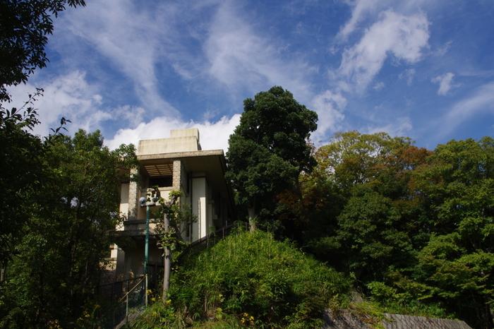 兵庫県芦屋市、阪急神戸本線、芦屋川駅から徒歩10分ほどの距離にあるのは、ヨドコウ迎賓館です。1918年(大正7年)に山邑家別邸としてフランク・ロイド・ライトが設計した建物です。フランク・ロイド・ライトは、旧帝国ホテル、自由学園明日館などを設計したことでも知られ、世界三大建築家の一人としても有名です。