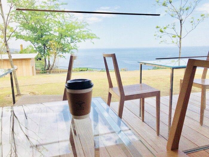 一杯のコーヒーを静かに味わうひととき。その時間を大自然に抱かれつつ、快適な椅子とテーブルを使って感じられるなんて、とてもすごいことですよね。海好きなら一度は訪れてみたい至福の時間を過ごせるカフェです。